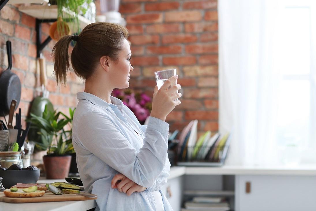 Dystrybutor wody w domu – czy warto w niego zainwestować